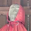 供えられた人形を優しく見守る玉林寺の地蔵菩薩(茅ヶ崎市)
