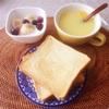 トースト、バナナブルーベリーヨーグルト、コーンスープ。