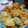 今日の晩飯 天ぷらの盛り合わせ(鶏天、サツマイモ、椎茸、玉ネギのかき揚げ)を作ってみた