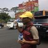 高速道路上で物を売る人達   インドネシアの高速道路事情