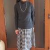 冬も履ける!春夏の柄物スカートを黒タイツ&ニットでコーデ