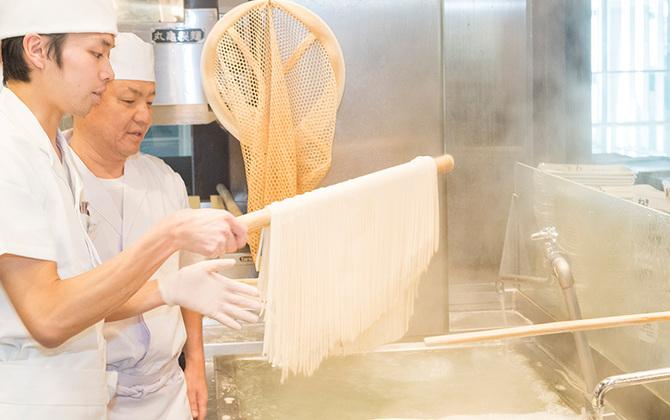 """5月のSUPER FRIDAY(スーパーフライデー)は丸亀製麺! おいしさの証「カドが立つ」麺の作り方を""""麺匠""""の藤本さんに聞いてきた"""