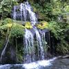 龍が絹糸を吐くような優雅な滝「吐竜の滝」