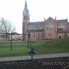 教会のある公園へ(砂場の上の遊具)
