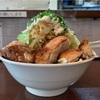 【 自家製麺  鶏八朗  】透き通る美しいスープにインパクトの盛り‼️