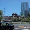 東京駅前で。