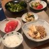 ごはん、肉豆腐、トマト、ちくわとキュウリのおかか和え、ブロッコリー
