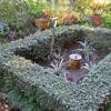 日時計のある花壇の冬支度