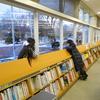 2017年最後のイベント『クレヨンで図書館の窓に絵を描こう♪』開催中です!