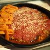 うちのレシピ:「ピリ辛ハンバーグのトマトソース煮込み、焼き人参付き」