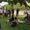 【Today's Laos】警察がアヌヴォン公園にいる失業者達に救いの手を。