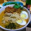 【今日の食卓】カオソーイ…って、いつも普通に書いてるけど実は日本で知名度低い?タイ北部のローカル食でタイ料理店にあるとは限らないし。ココナッツミルク入りカレースープの中華麺で、揚げた卵麺をトッピングにする。自分が知る限り世界一美味しい麺類だと思う。最近サルちゃんの味付けは酸味を強調していて、すだち果汁を更にかける。 Khao Soi, as I know world's best noodle. #タイ料理 #ラーメン #麺 #thaifood #noodle