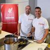 エンリケとガルシアがアンフィールドで子供たちにスペイン料理を振舞う。
