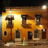 メキシコの世界遺産プエブラのコロニアルな街並み|夜の街をゆく