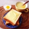 チーズトースト、コーンスープ、ヨーグルト。
