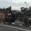 高速道路でタイヤが外れる海兵隊ジープ ! →  5・4キロ渋滞