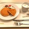 IKEAの朝のレストラン。無料のコーヒーでのんびり過ごす。