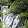 繊細な白糸の滝は-軽井沢