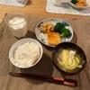 ごはん、サーモン、にんじんとエノキのきんぴらとブロッコリー、キャベツとソーセージの味噌汁