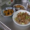 幸運な病のレシピ( 1859 )朝 :豚肉とネギの炒め、鮭、かぼちゃ煮、味噌汁、マユのご飯