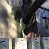 岡町駅、豊中の原田神社の家屋をぶち破る巨木がヤバい!崩壊しないか心配だ!【豊中市中桜塚】