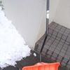 雪かきしたことありますか。今年初めてかな。おちょし者です私は、4軒分やっちゃつた。