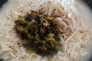 「うまかっちゃん」の美味しい食べ方。辛子高菜ともやしで袋麺を贅沢に。「うまかっちゃん」が地域限定だった驚き。