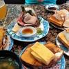 地元で人気の回転寿司で、達人はボンヤリもの想う。