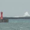 防波堤にぶち当たる波!往来する小舟!