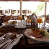 ホテルの朝食と庭からの眺め