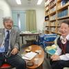 図書館長室に望月雅彦さんと浦野利喜子さん訪問
