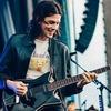 ジェイムス・ベイが手にする Frank Brothers のギター