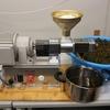 菜種の搾油作業