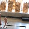 パリの現代美術館で、裸でアートを鑑賞するツアー開催