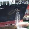 船首から水が垂れ流し?アンカーから流れ出る水の役割