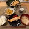 ごはん、ハラスとミニトマト、ちくわとコーンのバター醤油炒め、玉ねぎと豚バラ味噌汁