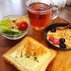今日の朝食ワンプレート、チーズトースト、紅茶、ビーンズレタスサラダ、いちごバナナブルーベリーグラノーラヨーグルト
