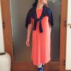 夏服を秋まで持ち越せるプラス・ワンアイテムのコーデ