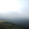 秋に逆戻り…? 霧と茶畑