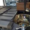 車内に設置した自作荷台へ平水切りを置いた!