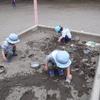2歳組の砂遊び