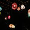 【加賀】星野リゾート界加賀の庭に吊るされた加賀水引の明かりが灯されるとなんとも幻想的な美しさ