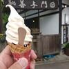 石川県白山市鶴来にある、善与門のクリームチーズあずきソフト。