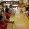 1年生:図書室で本を読む