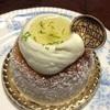 ライムクリームのケーキとバラのつぼみ