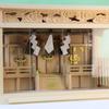 しめ縄と柵が付属している欄間雲彫のガラス箱宮三社 大型サイズ