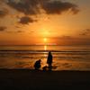 夕陽と親子。