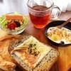 今日の朝食ワンプレート、チーズセサミトースト、紅茶、カニカマビーンズレタスサラダ、バナナブルーベリーグラノーラヨーグルト