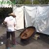 強い日差しの下で輪島塗に使う漆を精製する「天日黒目漆」の作業が行われています