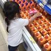幼稚園帰りにスーパーでお手伝いをしてくれる娘。